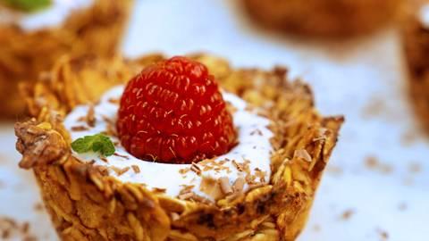 Cestini di cereali, con Skyr al miele e frutta fresca