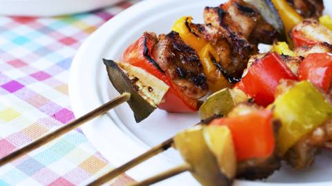Spiedini di pollo e peperoni con cipollotti bardati