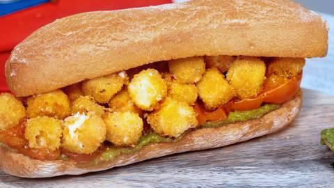 Panino con bocconcini di feta fritta, pesto di basilico e pomodori