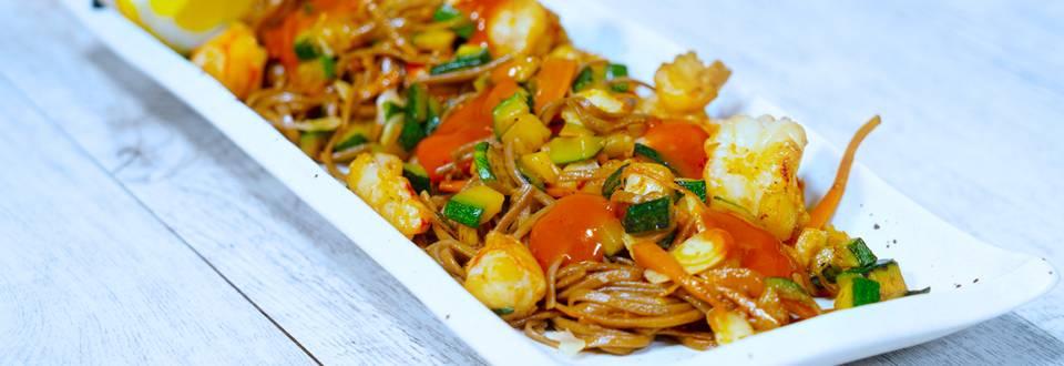 Noodles saltati con gamberi e verdure e salsa piccante