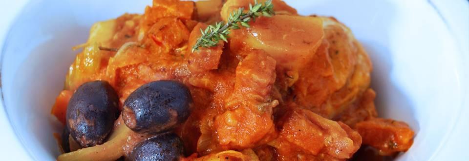 Stufato di pollo con salsiccia e olive